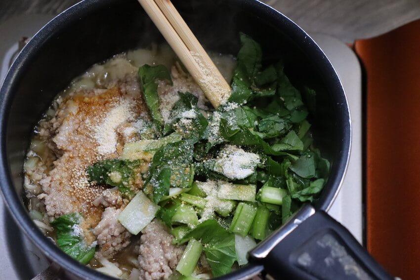 そぼろ、小松菜、調味料で味付け