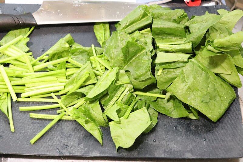 ほうれん草は根本を切り落として洗浄して、3〜4cm幅に切る
