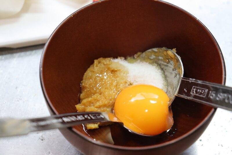 小鉢にたまごの黄身を入れて各種調味料を混ぜ合わせてディップソースを作る