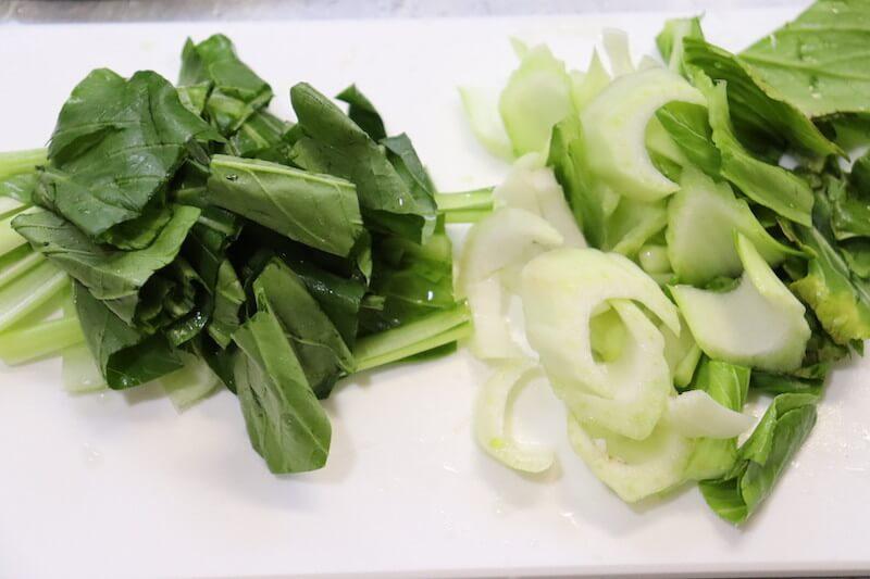 チンゲン菜と小松菜を切る