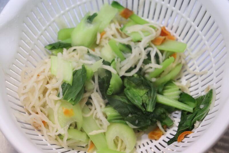野菜をザルに上げる