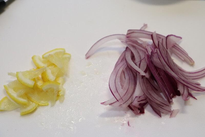 レモンと玉ねぎを薄切りにする