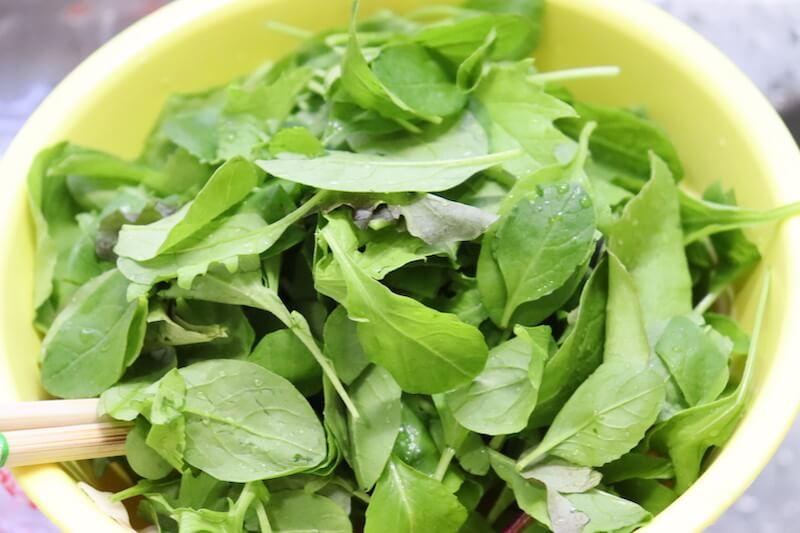 柿とルッコラと生ハムとベビーリーフを入れて、塩コショウで味を整える