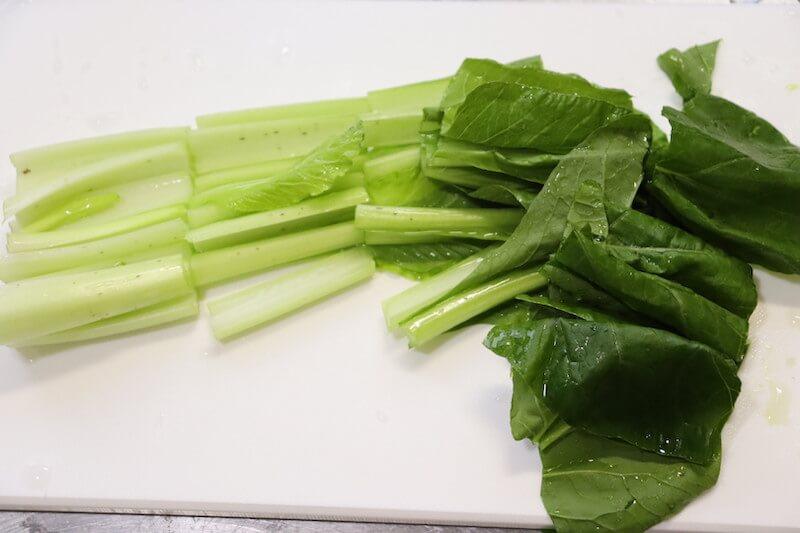 小松菜と玉ねぎとえのきをカットする