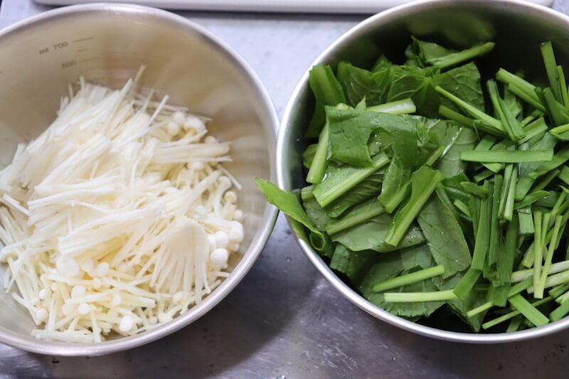 小松菜とニラは2-3cm幅に切る。えのきは3等分に切る